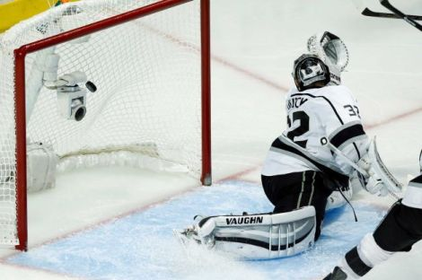 Andrew A. Nelles/AP   Los Angeles Kings goalie Jonathan Quick gives up a goal by Chicago Blackhawks center Michal Handzus as the Blackhawks defeated the Kings 5-4 in the second overtime period in Game 5 of the Western Conference finals Wednesday night.